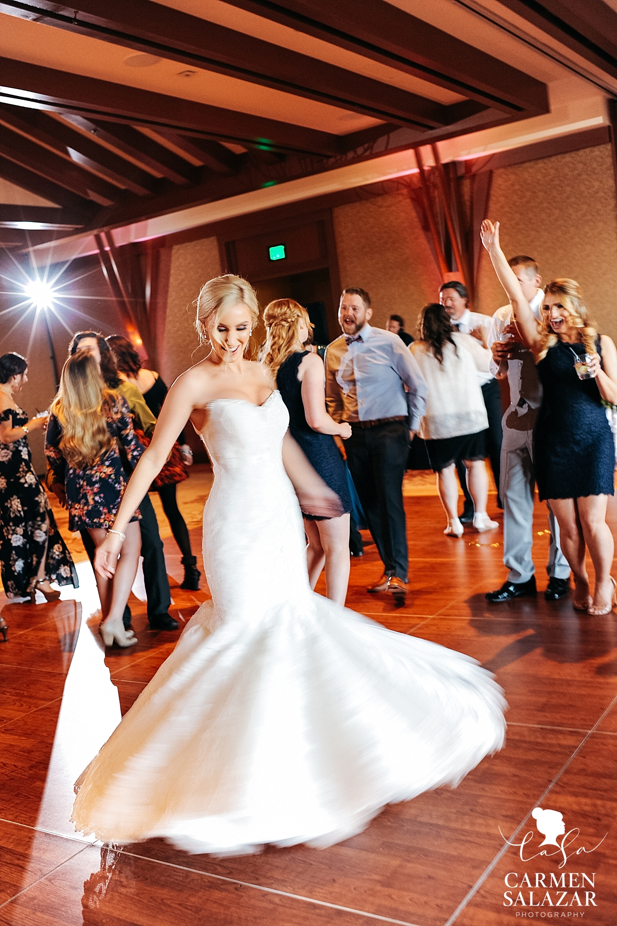 Candid wedding dancefloor photographer - Carmen Salazar