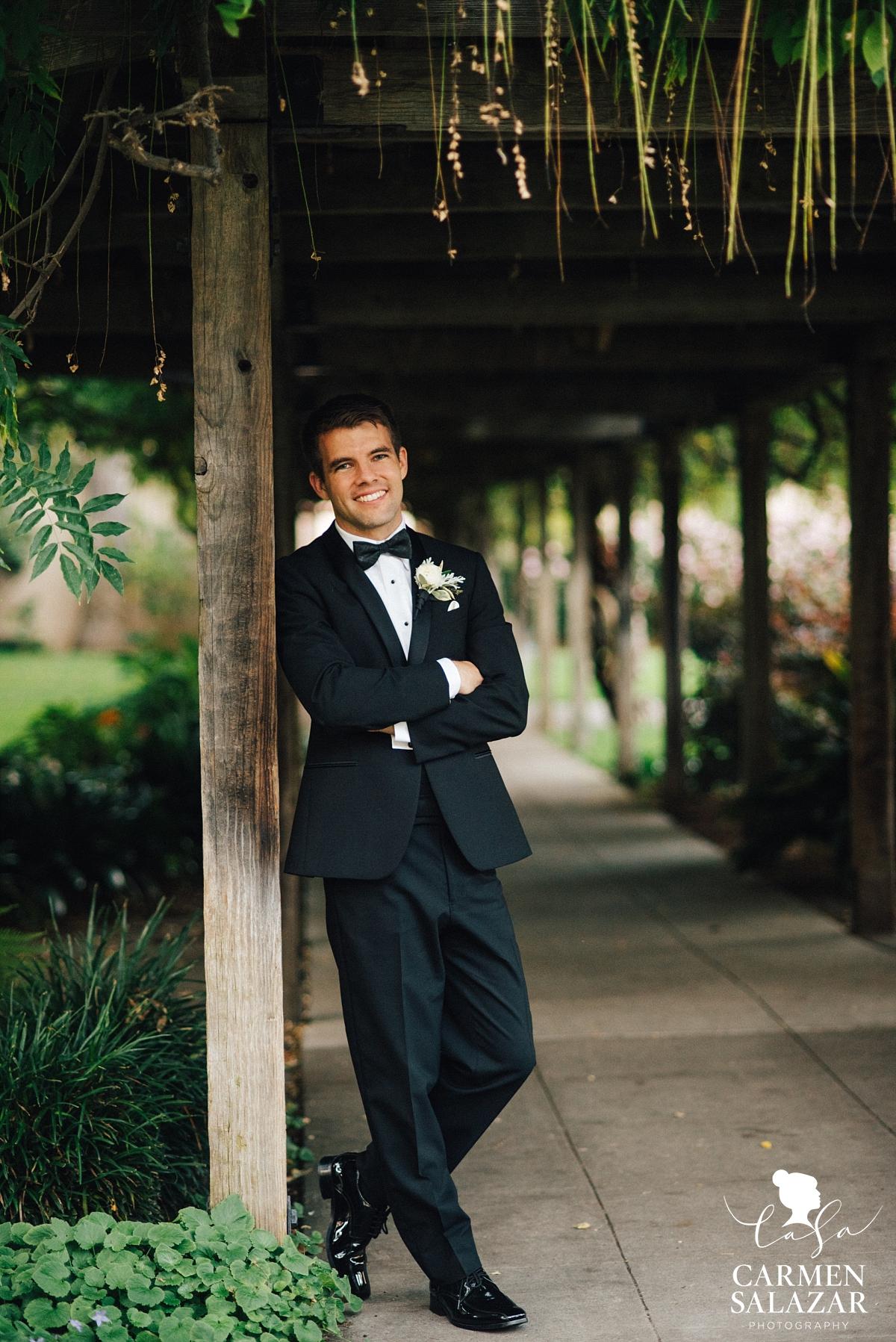 Nostalgic groom wedding portraits - Carmen Salzar