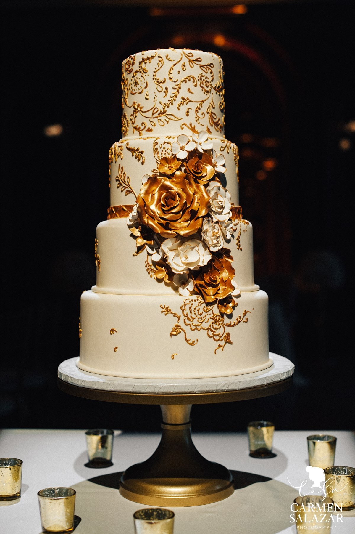 Gold gilded wedding cake with floral design - Carmen Salazar