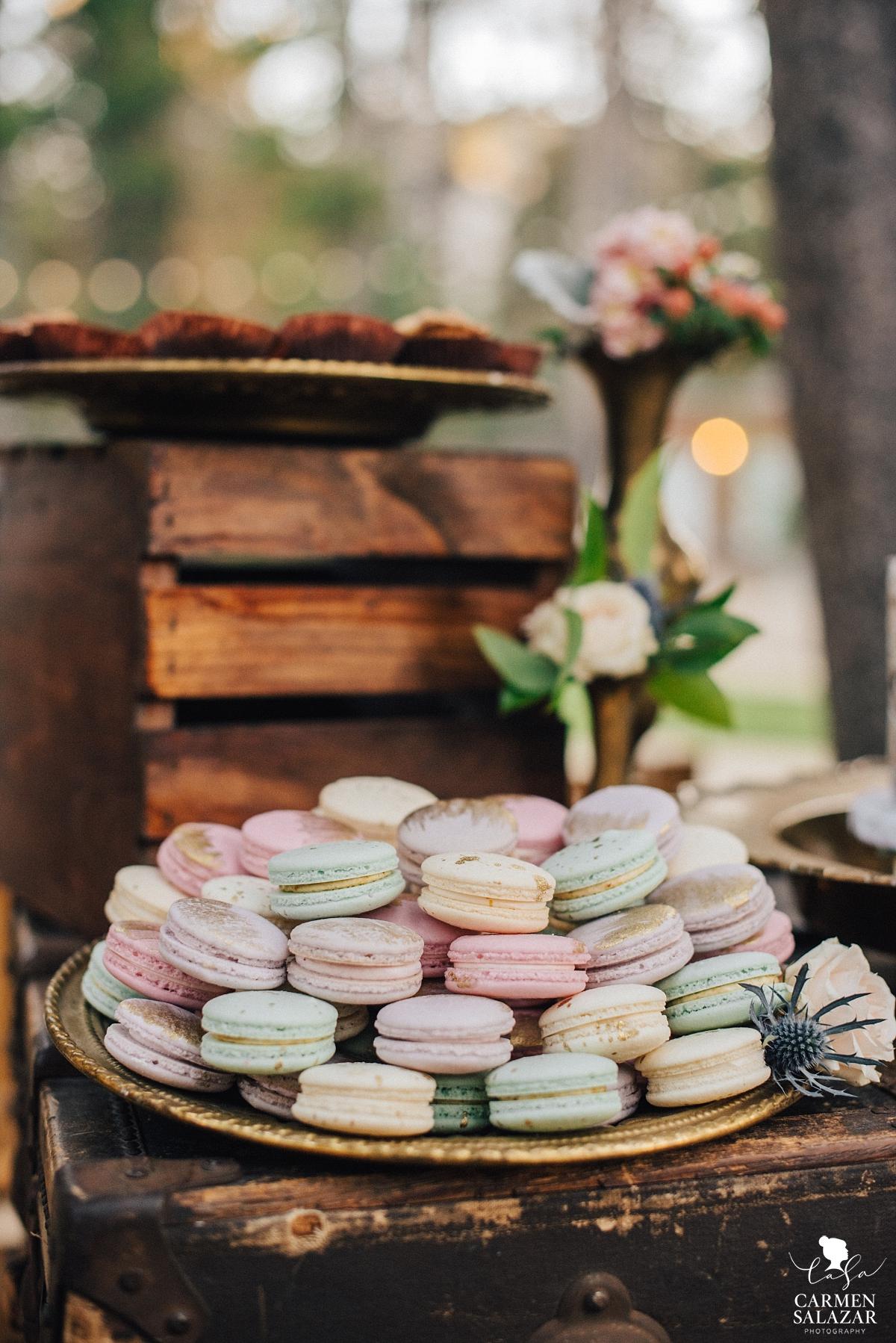 Modern wedding dessert French macarons - Carmen Salazar