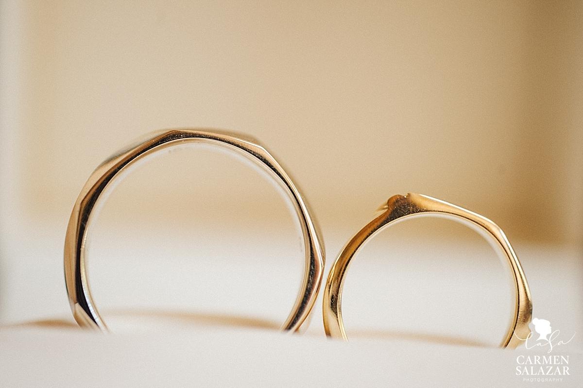 Modern and minimalist wedding rings - Carmen Salazar