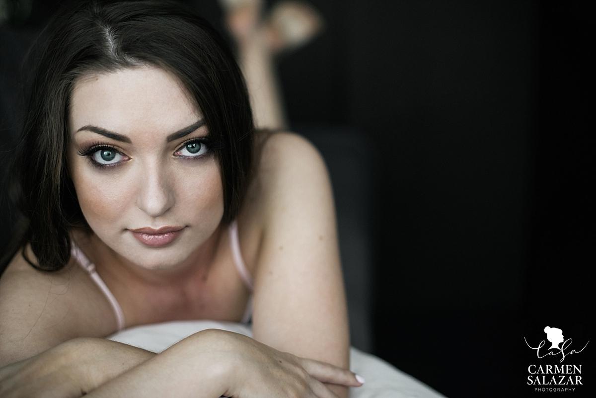 Soft and natural light boudoir photography - Carmen Salazar