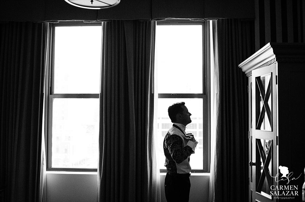 Dramatic groom silhouette at Citizen - Carmen Salazar