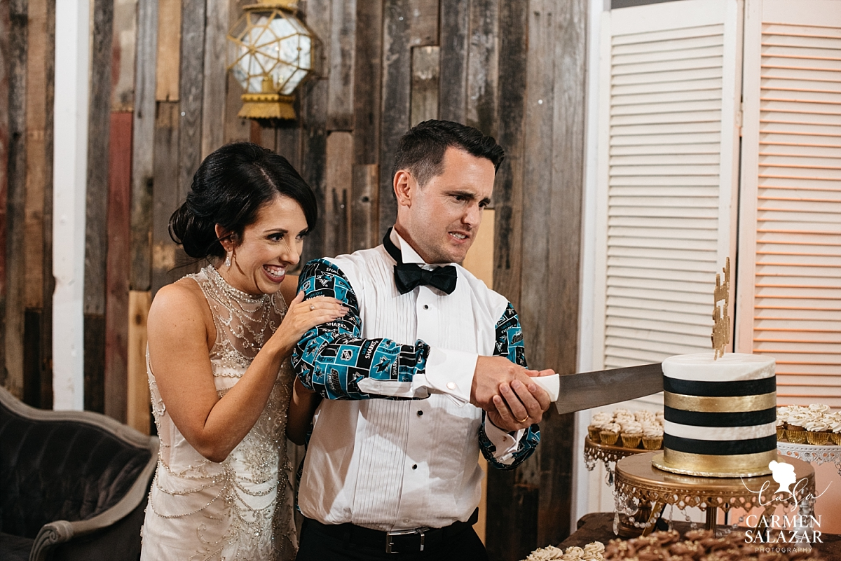 Couple cutting the cake at Studio 817 wedding - Carmen Salazar