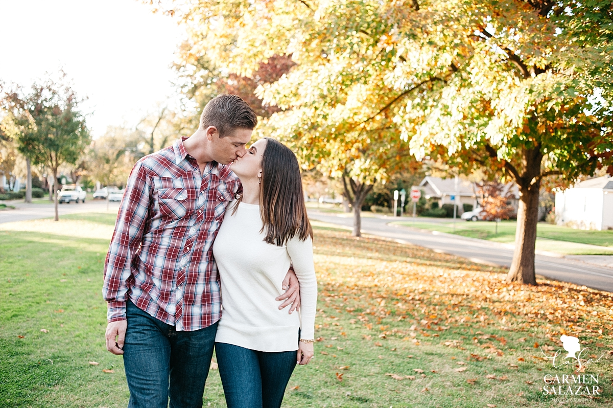 Fall outdoor backyard engagement session - Carmen Salazar