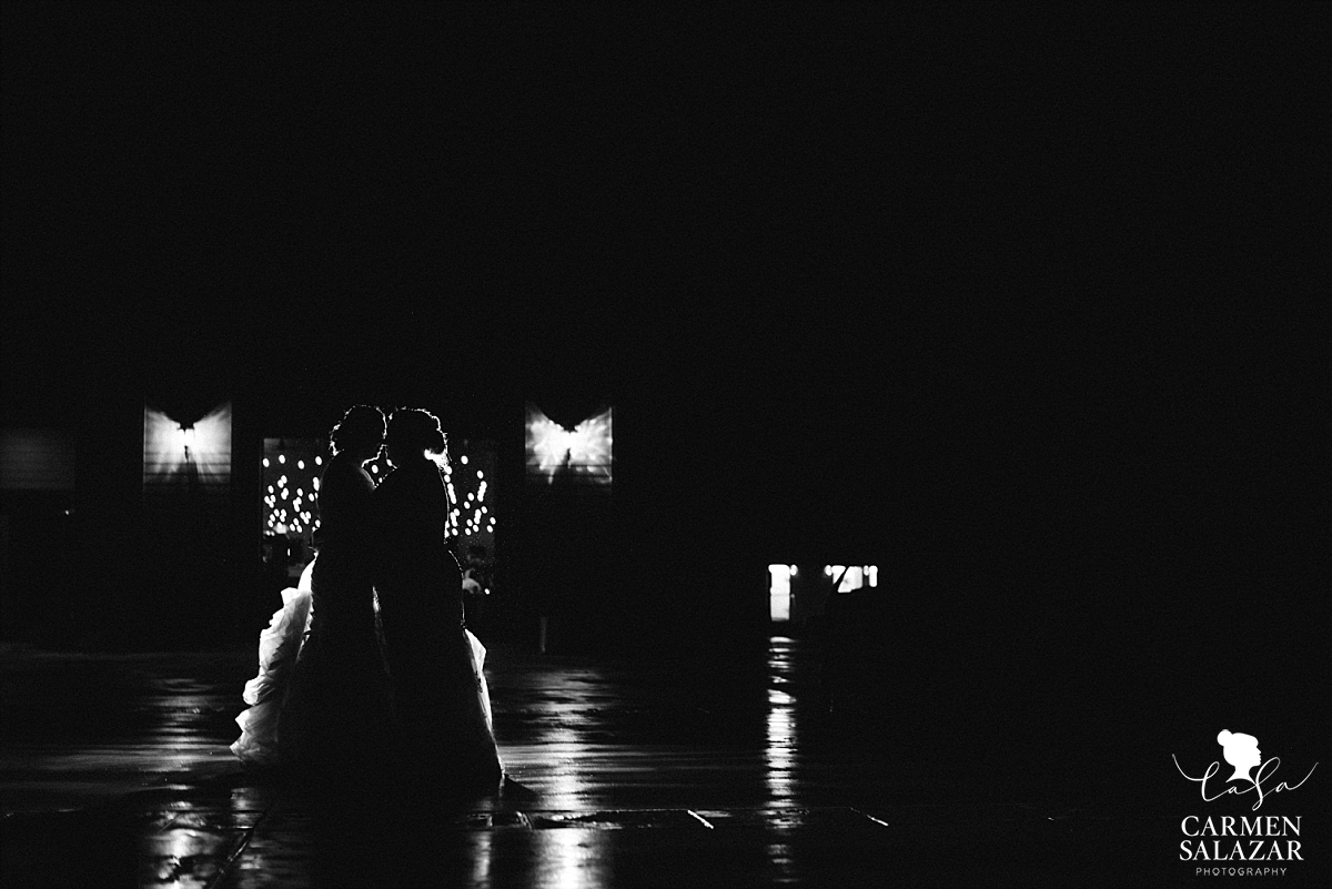 Romantic rainy night wedding photography - Carmen Salazar
