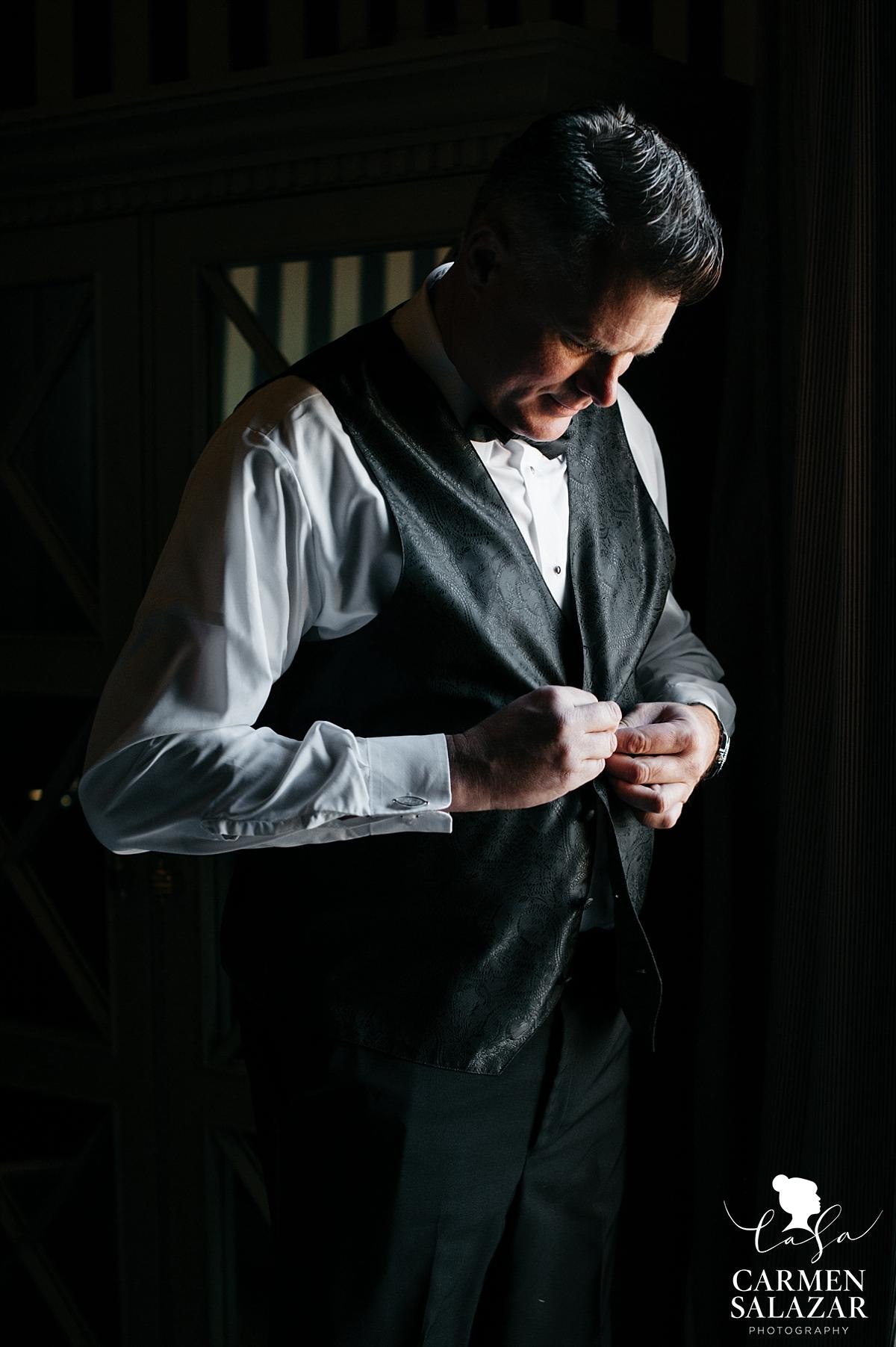 Citizen Hotel groom getting ready - Carmen Salazar
