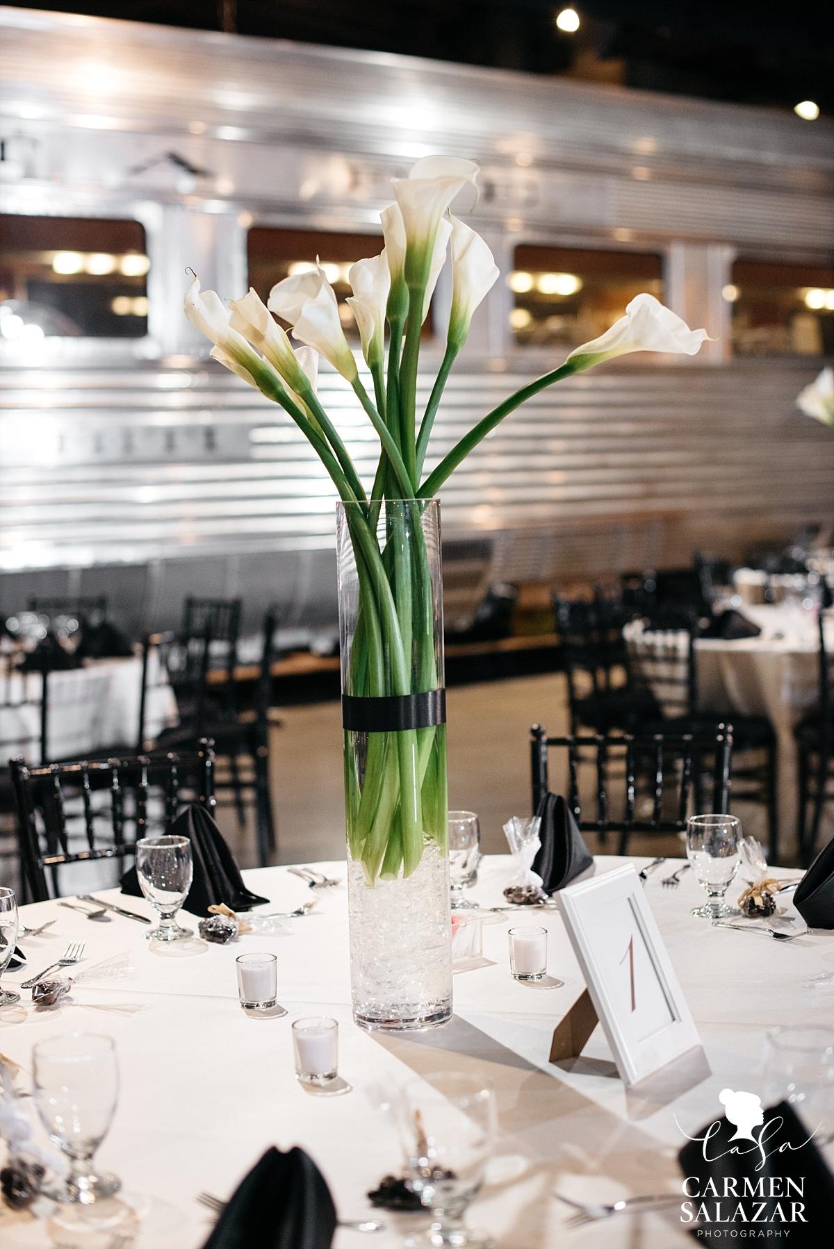 Elegant calla lily wedding arrangement - Carmen Salazar