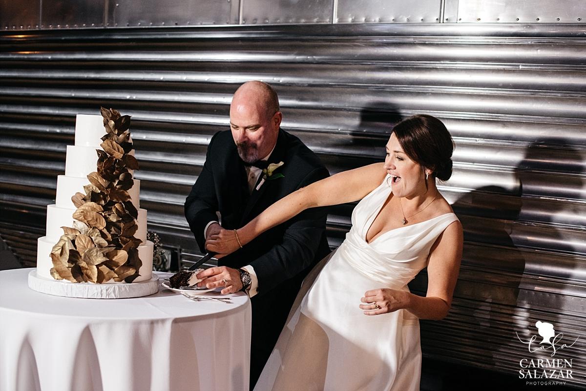 Modern wedding cake at museum wedding - Carmen Salazar