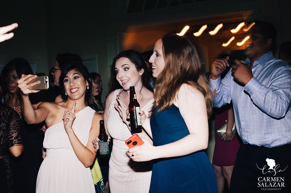 Bridesmaid selfies on the dancefloor - Carmen Salazar