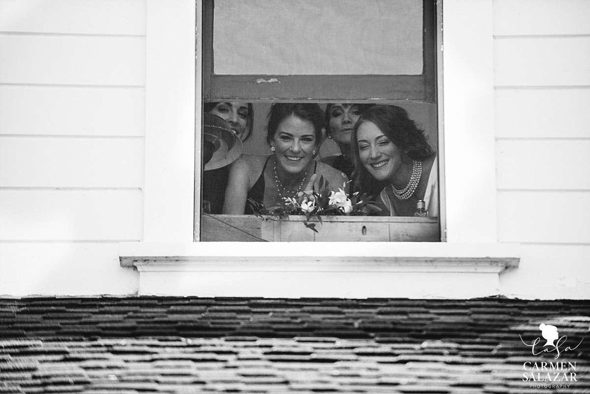 Bridal party peeks down at the ceremony - Carmen Salazar