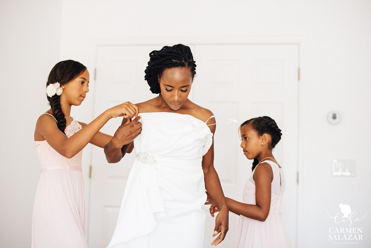 Daughters dressing their mom on wedding day - Carmen Salazar