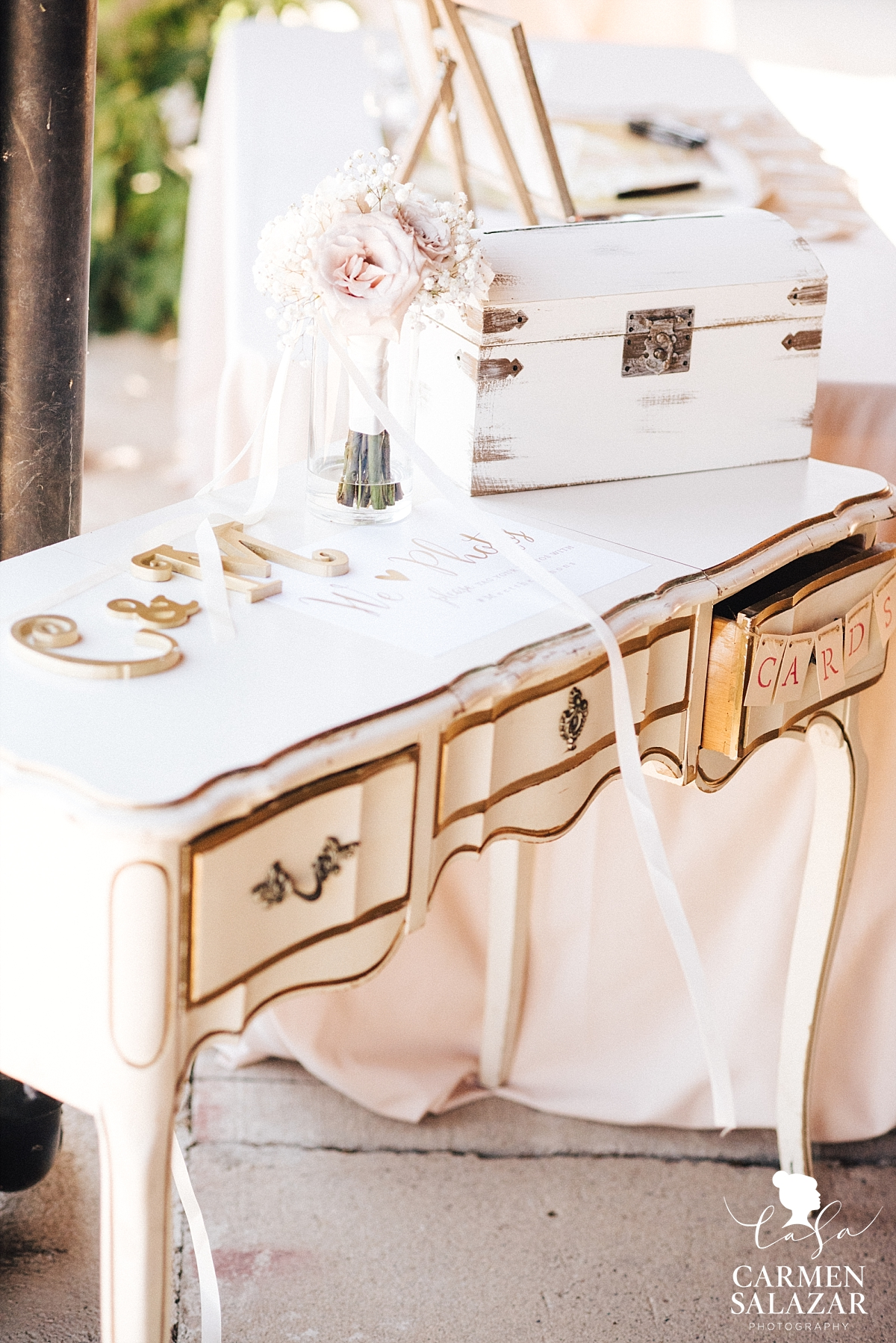 Vintage white and gold wedding decor - Carmen Salazar