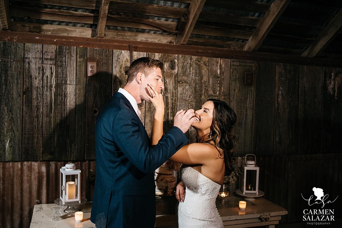 Cute bride and groom cake cutting - Carmen Salazar